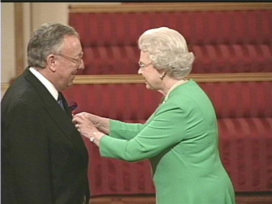 Bob-receives-his-MBE-from-HM-The-Queen-in-2004-13.JPG